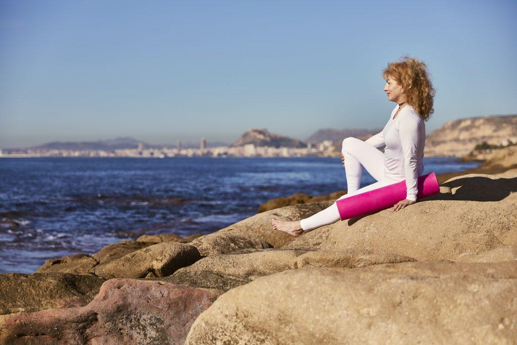 LA FUERZA DEL PENSAMIENTO Y DE LAS EMOCIONES A medida que la mente es más potente y está más desarrollada, este poder es mayor. Los pensamientos y emociones emiten fuertes ondas electromagnéticas de gran vibración, emanadas por la mente del ser humano a través del cerebro. Según el yoga, el pensamiento es una fuerza mental dinámica producida por las vibraciones del prana psíquico, originado por la mente. Es más sutil que el éter y tiene una velocidad superior a la luz. Increíble verdad? Consciente o, como la mayoría de las personas, inconscientemente, estamos emanando energía, que puede ser positiva o negativa. Toda esta energía de los pensamientos, influye en otras personas. Cuando hay mucha energía negativa en el ambiente, por ejemplo, de miedo, ansiedad, estrés, histeria, se forma una bola de negatividad, también llamada hipnosis colectiva. Es muy difícil salir de ahí, y lo que es peor, por la ley de la atracción se atraerá más de lo mismo. Si estamos pensando continuamente en enfermedad, teniendo este pensamiento-sentimiento continuamente en nuestra mente, es eso lo que estamos atrayendo. Si estamos continuamente viendo violencia, eso es lo que tendremos, ya que aunque creamos que sabemos discernirlo, en el hemisferio izquierdo es así, pero el hemisferio derecho no discierne nada. Solo obedece órdenes y absorbe todo lo que ve, oye o siente, por lo que lo ve como real, y se terminará somatizando en la materia. Por tanto, no pienses jamás en nada que no quieras que pase. No hables jamás de nada que no quieras que ocurra. No escuches jamás nada negativo. No veas jamás nada, que no quieras ver en tu vida. Solución: Transforma todos tus pensamientos negativos en positivos. Vibra en amor. Vibra en positivo. Siente paz y emánalo con tu energía. Inunda tu vida de positividad y armonía. Muchas personas vibrando en esta energía, conseguiremos positivizar la realidad. Paz, salud y abundancia para vuestras vidas.